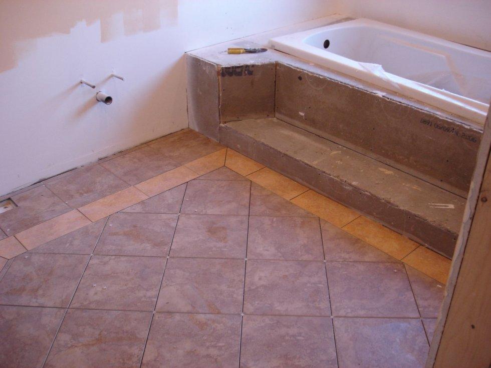 Положить кафель в ванной на пол