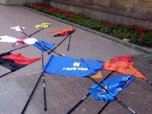 В Чечне дворники выбрасывают мусор и траву оборачивая их флагами России - Цензор.НЕТ 8727