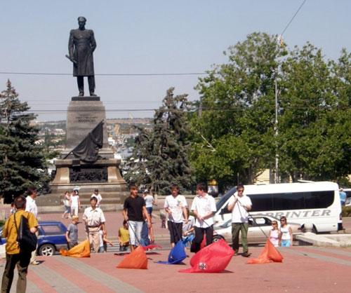 Севастополь. Вечный огонь. Площадь Нахимова. Осквернение флагов политических партий Украины